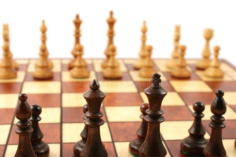 Houten schaak op houten schaakbord stock afbeelding