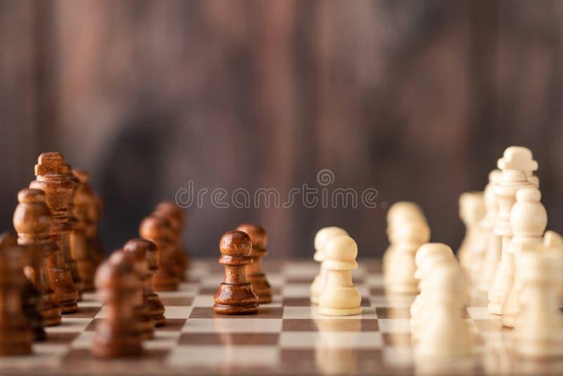 houten schaak rechtop op de raad stock afbeeldingen