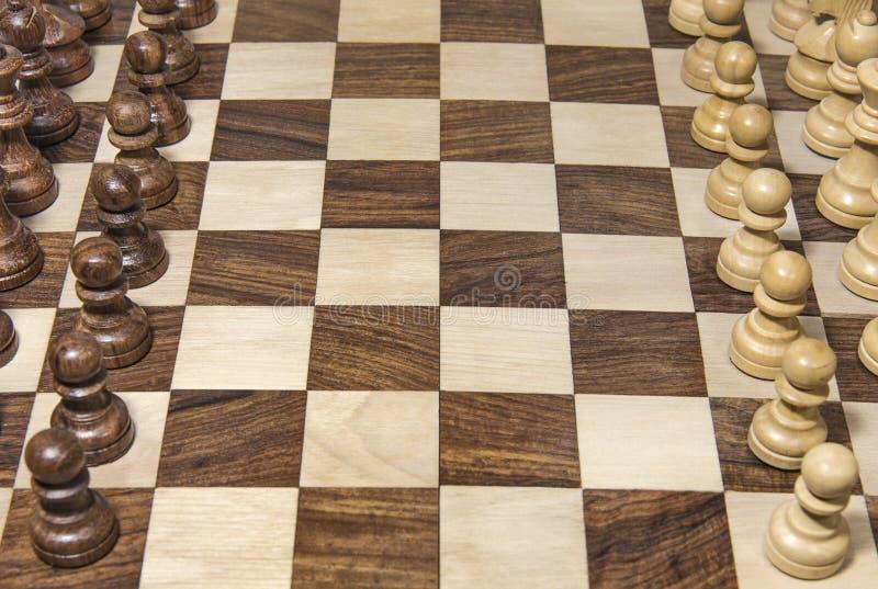 Houten schaakbord met vastgestelde stukken royalty-vrije stock foto