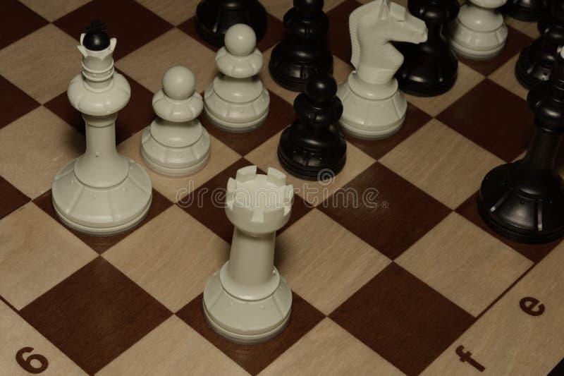 Houten schaakraad met de schaakstukken zoals een vrije tijdsachtergrond stock afbeeldingen