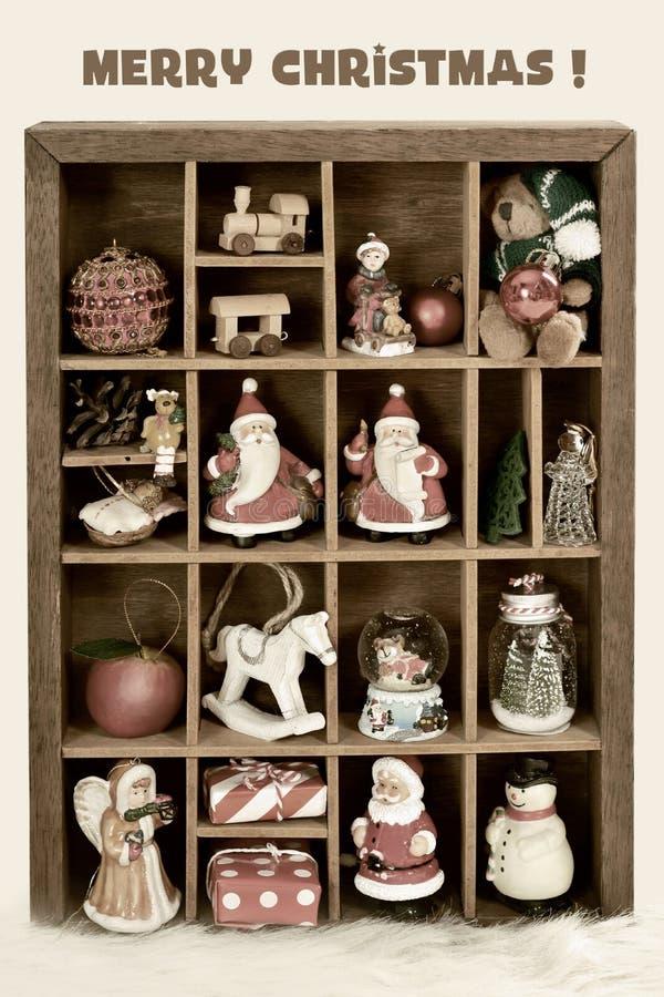 Houten schaduwdoos met Kerstmisdecor en stuk speelgoed inzameling met r stock foto