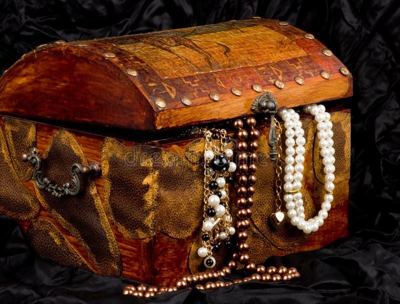 Houten schatboomstam met juwelen royalty-vrije stock fotografie