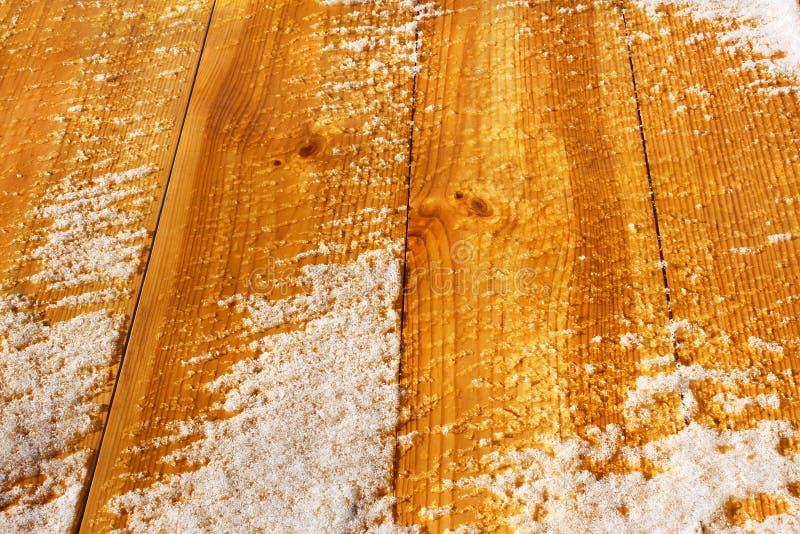 Houten schild dat met sneeuw wordt behandeld stock afbeelding