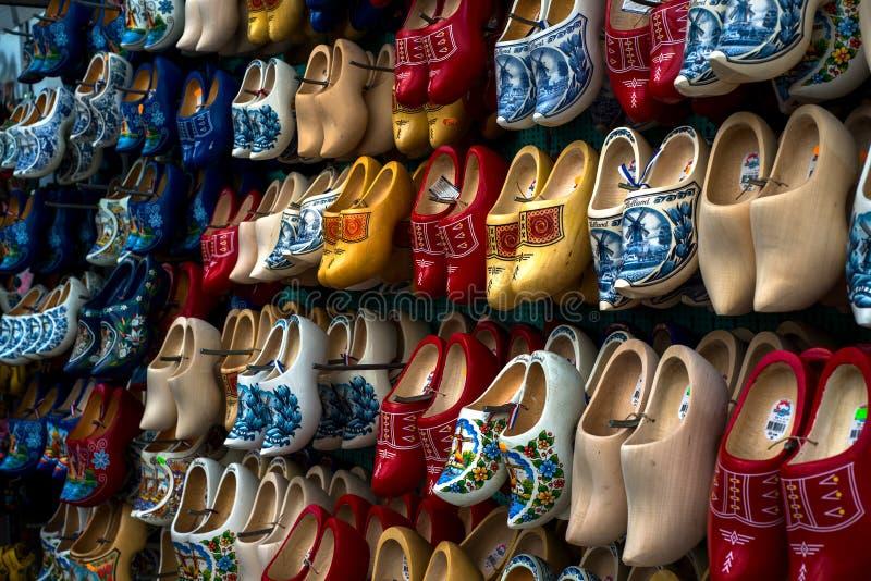 Houten Schoenen of Belemmeringen (Klompen) in Amsterdam, Nederland stock foto's
