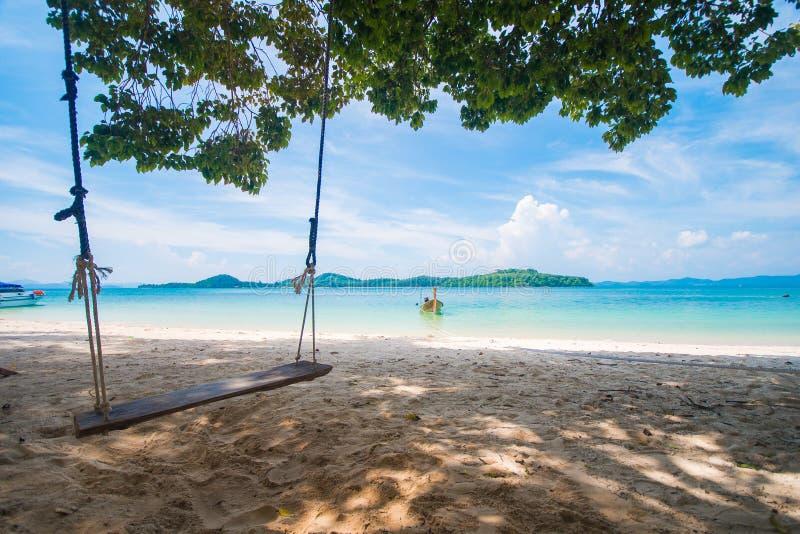 Houten schommeling op Naka Noi-eiland in Phuket, Thailand stock afbeelding