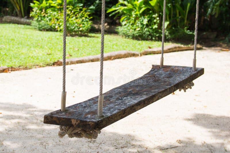 Houten schommeling voor ontspanning in tuin stock foto's