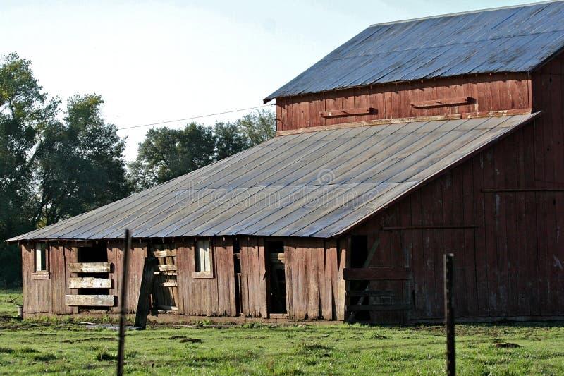 Houten schuur in platteland stock foto