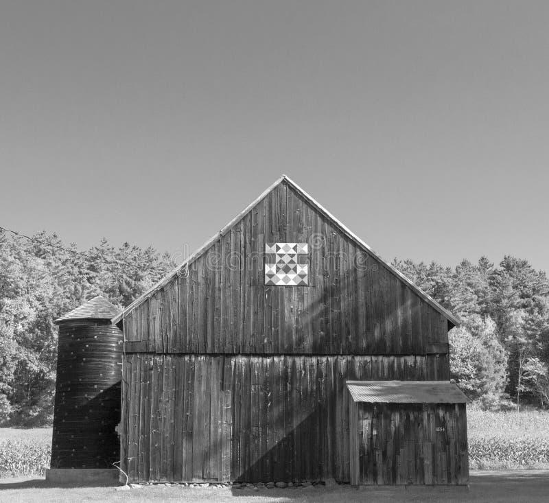 Houten schuur in zonneschijn met dekbed stock foto