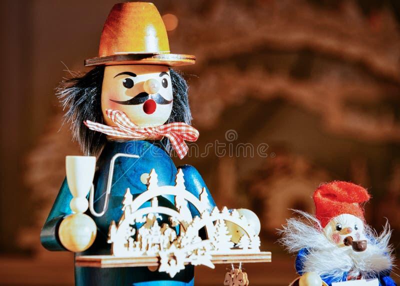 Houten speelgoed bij Kerstmismarkt in Alexanderplatz in de Winter Berlijn, Duitsland Advent Fair Decoration en Boxen met Ambachte stock foto's
