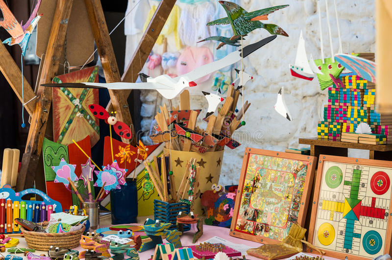 Houten speelgoed bij Markt stock afbeelding