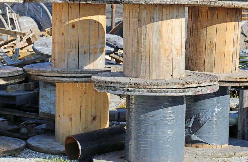 houten spoelen in stortplaatsen stock afbeeldingen