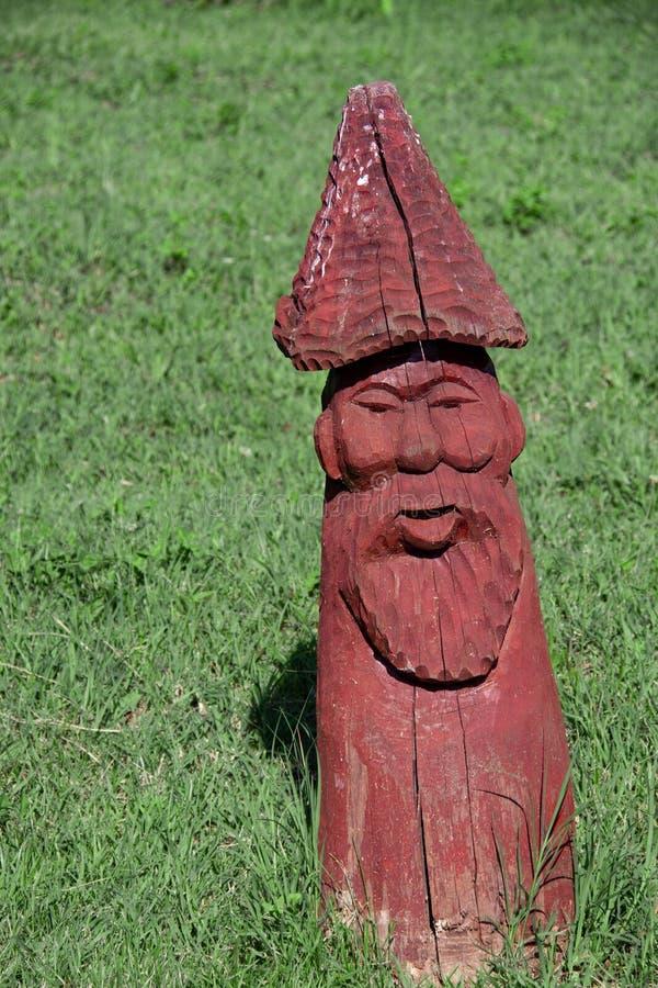 Houten standbeeld in de vorm van een mens in het park royalty-vrije stock foto's