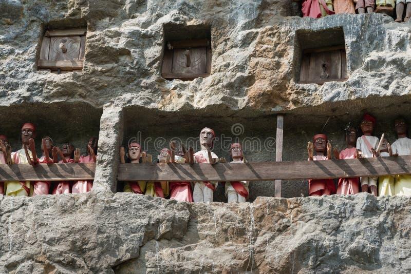 Houten Standbeelden van Tau Tau Lemo is plaats van de klippen de oude begrafenis in Tana Toraja Zuiden Sulawesi, Indonesië stock afbeeldingen