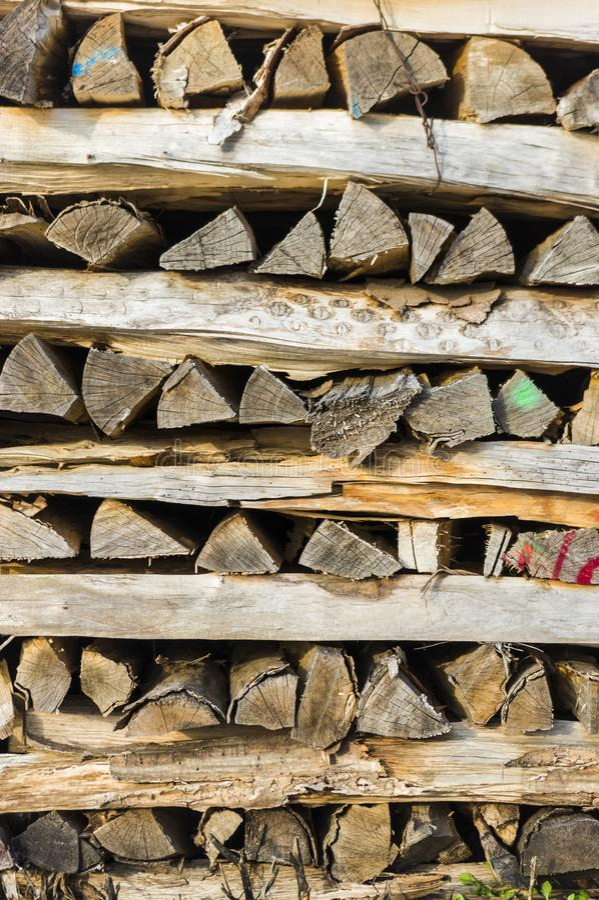 Houten stapel van keurig opgestapeld brandhout in de stapel kratten voor D stock fotografie
