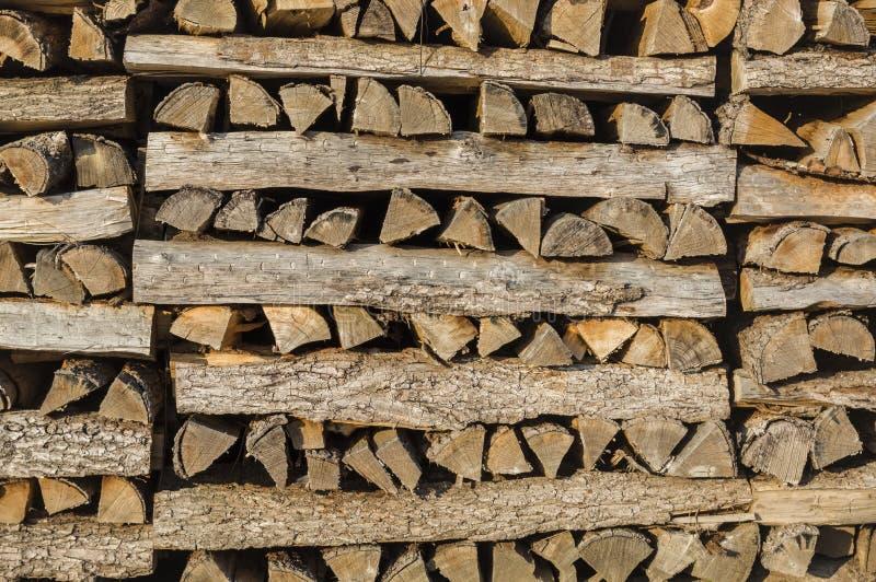 Houten stapel van keurig opgestapeld brandhout in de stapel kratten voor D royalty-vrije stock afbeeldingen