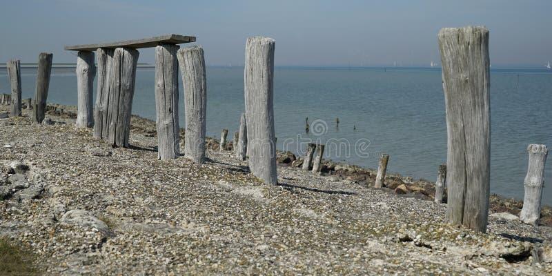 Houten stapels op de dijk dichtbij Oosterschelde royalty-vrije stock afbeelding