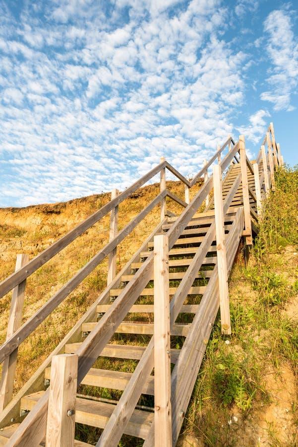 Houten stappenrubriek tot heuvel op van het kuststrand en zand duinen in Lowestoft Suffolk stock fotografie