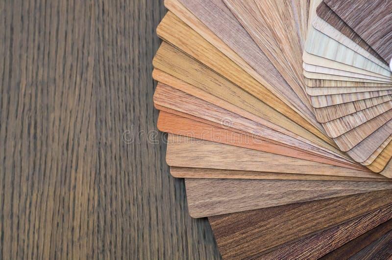Houten steekproeven voor vloerlaminaat of meubilair in huis of de commerciële bouw De kleine raad van de kleurensteekproef Exempl stock afbeelding