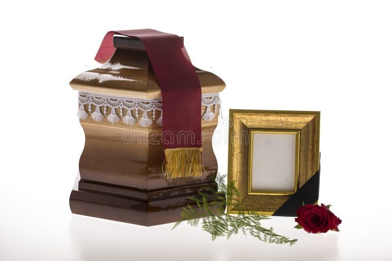 Houten stembus met lege het rouwen kader en bloem royalty-vrije stock afbeeldingen