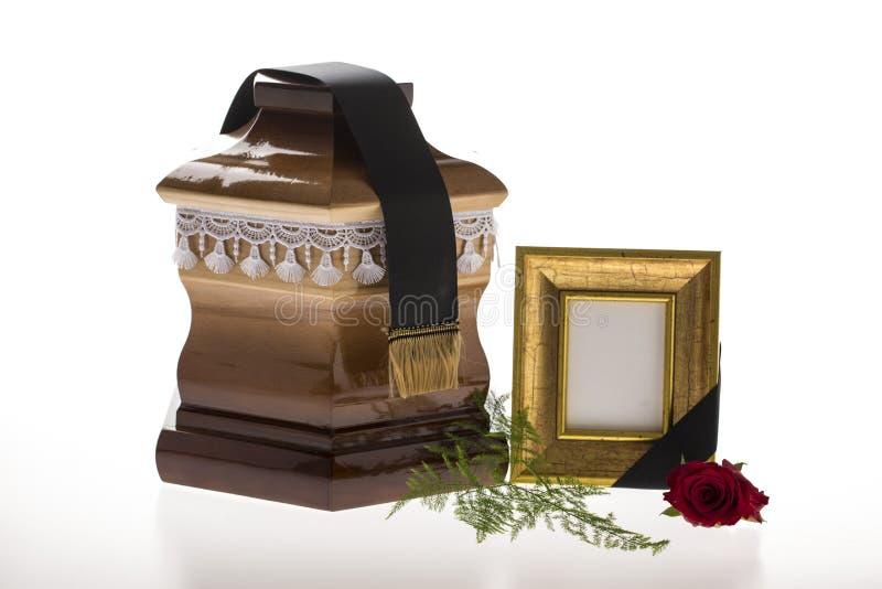 Houten stembus met lege het rouwen kader en bloem royalty-vrije stock fotografie