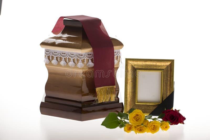 Houten stembus met lege het rouwen kader en bloem royalty-vrije stock foto