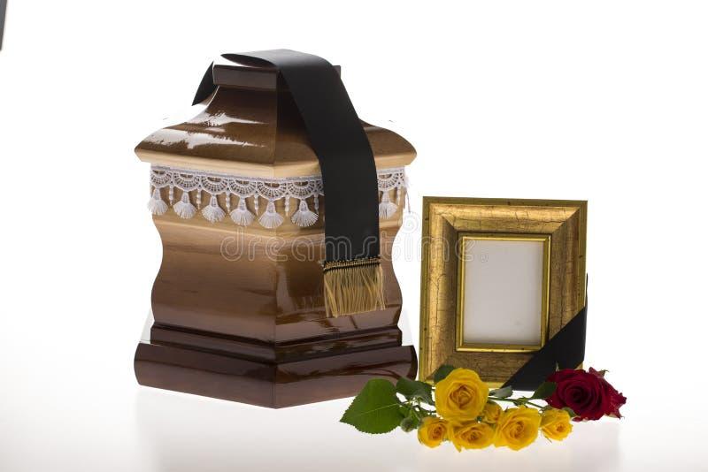 Houten stembus met lege het rouwen kader en bloem royalty-vrije stock afbeelding
