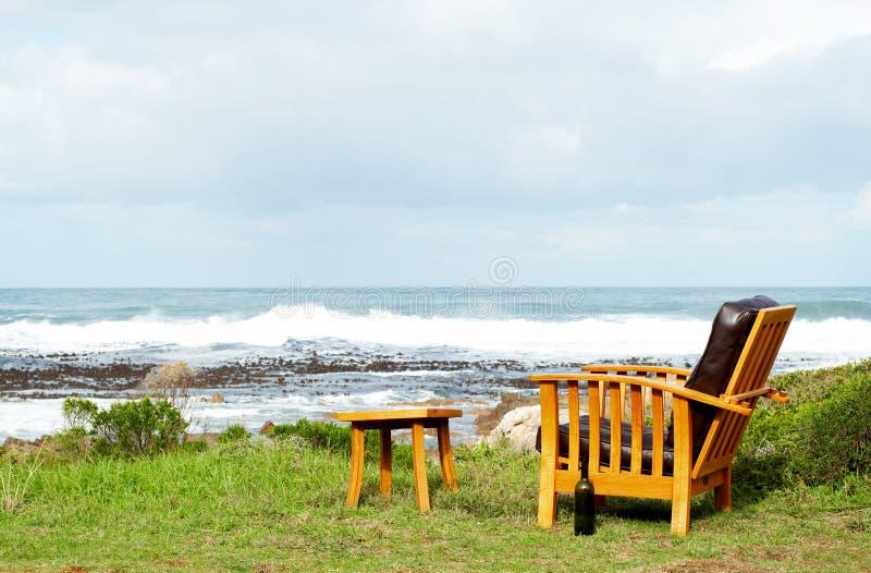 Houten stoel die zich buiten bevindt stock afbeelding