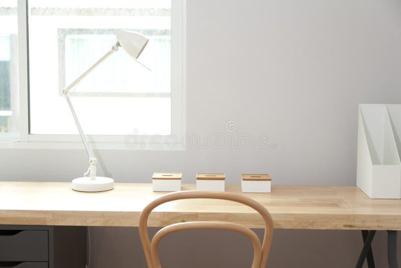 Houten stoel en lijst met schemerlamp thuis royalty-vrije stock afbeelding