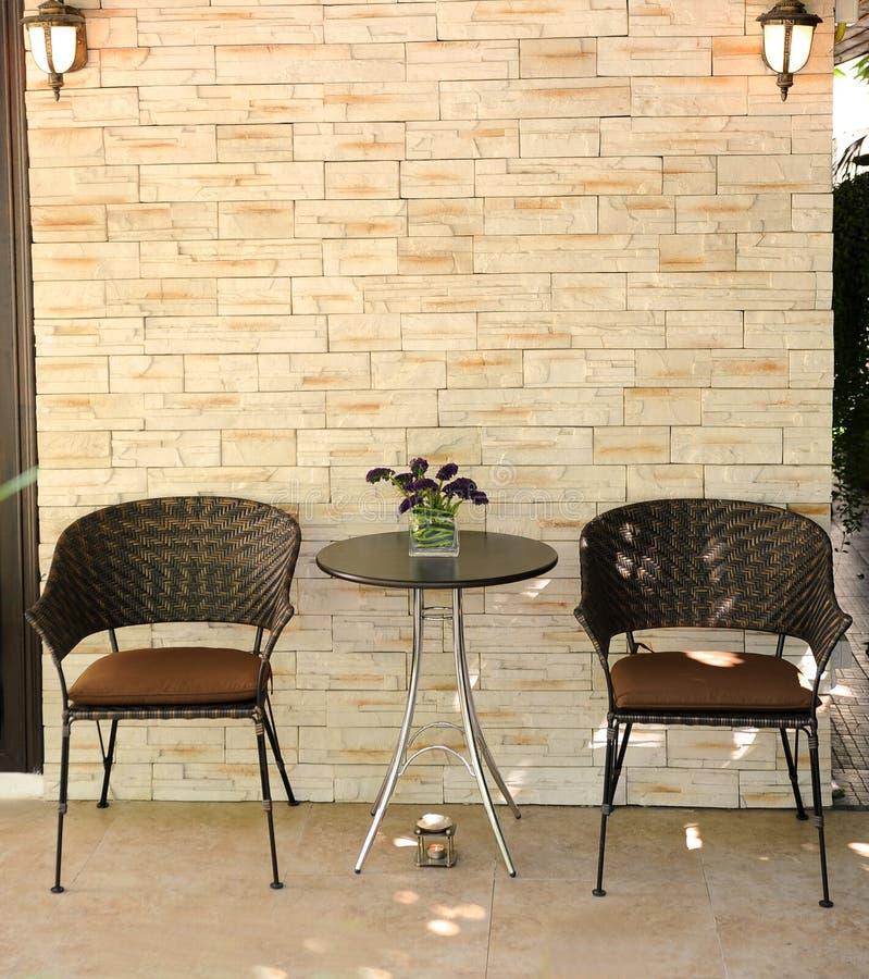Houten stoel en rotsmuur royalty-vrije stock foto