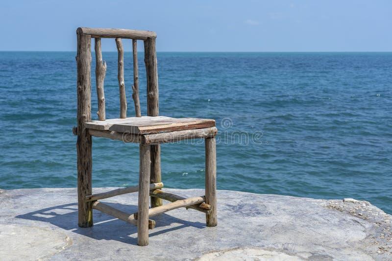 Houten stoel in lege koffie naast zeewater in tropisch strand Eiland Koh Phangan, Thailand royalty-vrije stock foto
