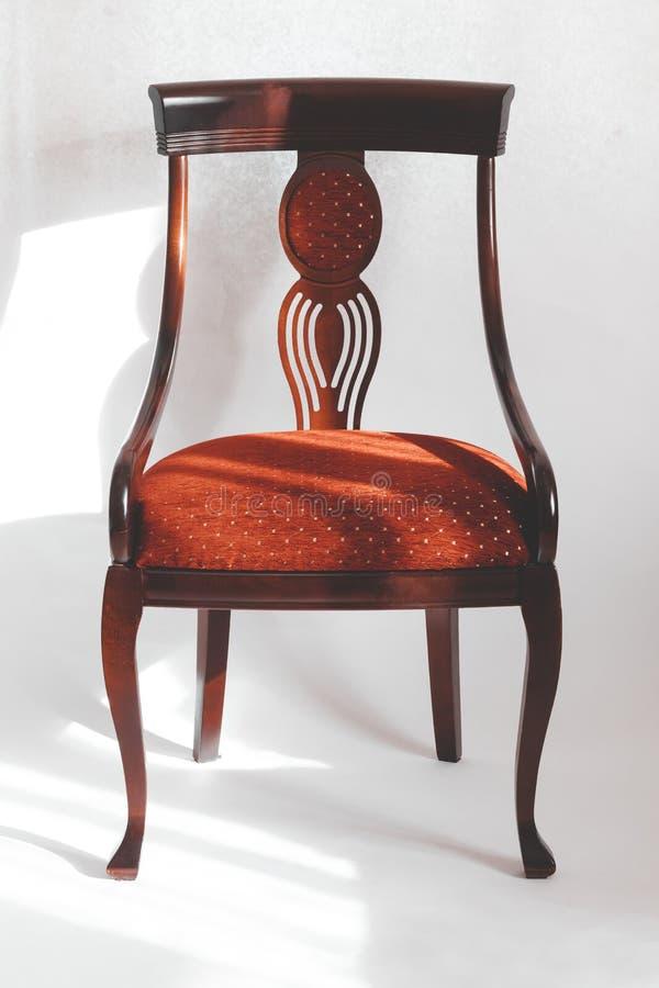 Houten stoel met een rode zetel Op een witte achtergrond heb het stemmen stock afbeeldingen