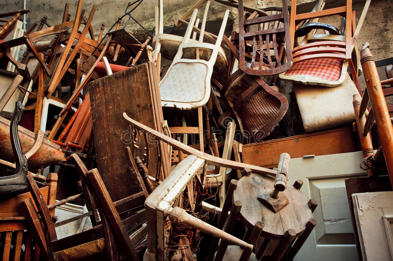 Houten stoelen en uitstekende die stoelen, in de straat worden geworpen stock foto