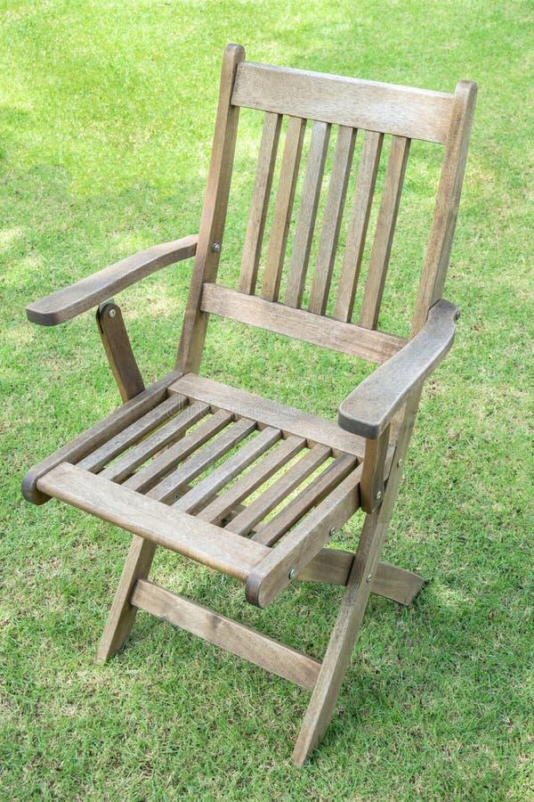 Houten stoelen op het gazon stock foto
