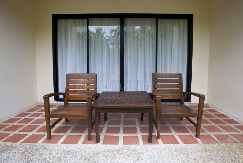 Houten stoelen thuis terras stock foto afbeelding bestaande uit