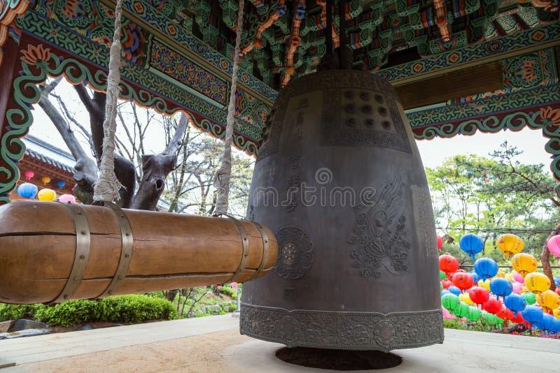 Houten straal en een hangende klok bij Gilsangsa-Tempel in Seoel stock afbeeldingen