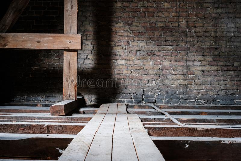 Houten stralen in lege zolder/zolder met raads houten gang en exemplaarruimte royalty-vrije stock foto's
