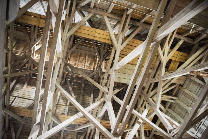 Houten stralen, zolder, houten dak van een oud gebouw royalty-vrije stock foto
