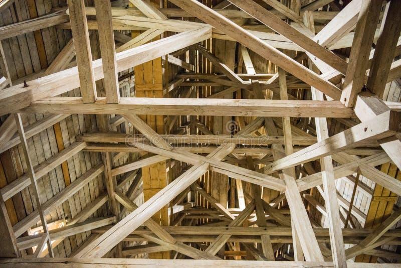 Houten stralen, zolder, houten dak van een oud gebouw royalty-vrije stock foto's