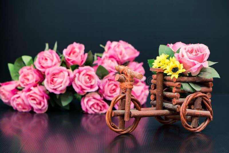 Houten stuk speelgoed auto met boeket van roze rozen stock fotografie