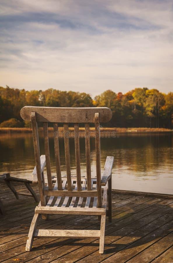 Houten sunloungeroever van het meer stock afbeeldingen