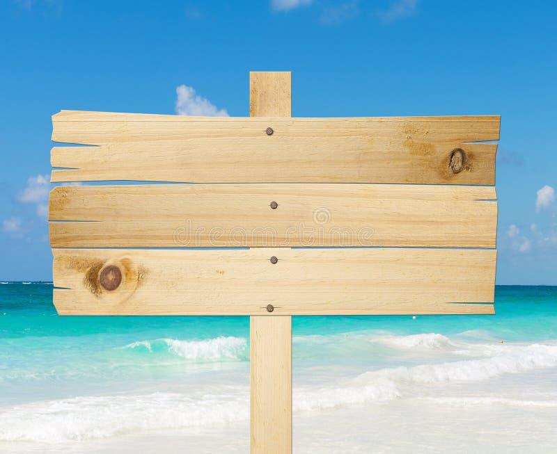Houten teken in het strand. stock foto