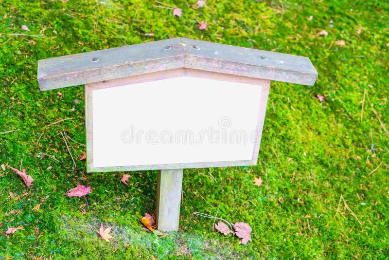 Houten teken op gras stock fotografie