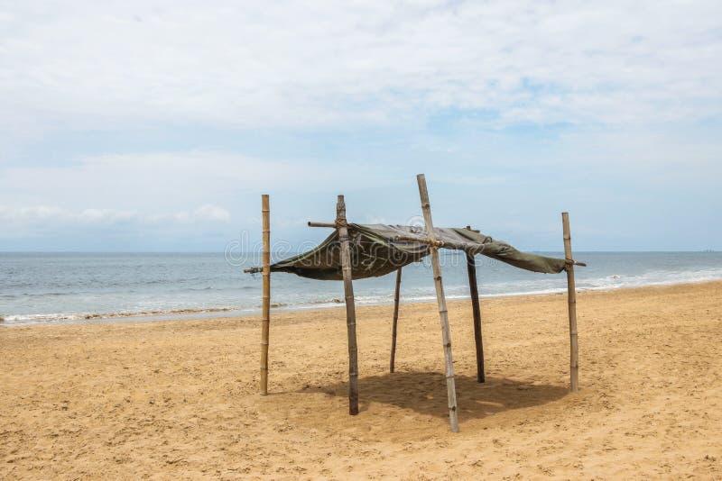 Houten tent op leeg strand stock afbeeldingen