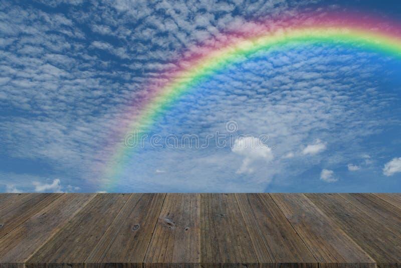 Houten terras en blauwe hemel met regenboog royalty-vrije stock afbeeldingen