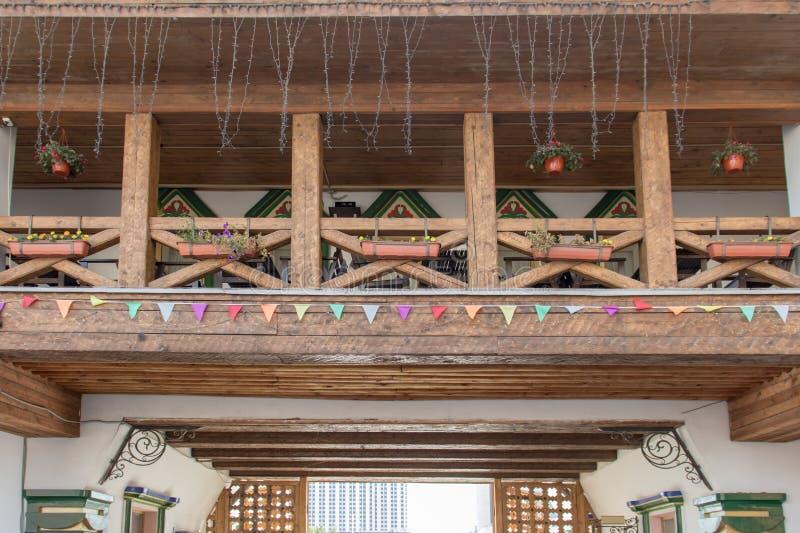 Houten terras op eerste verdieping van een steenhuis royalty-vrije stock fotografie