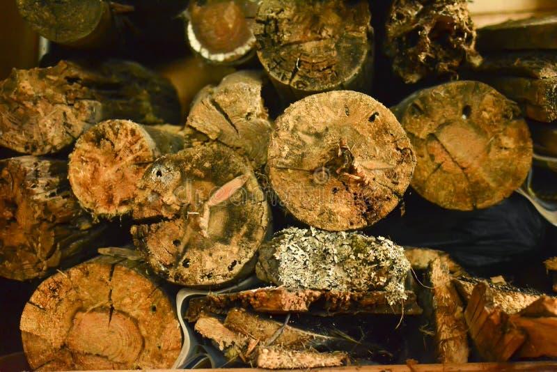 Houten textuur abstracte achtergrond Close-up van een oud hout Gestapelde houten logboeken abstracte achtergrond royalty-vrije stock afbeeldingen
