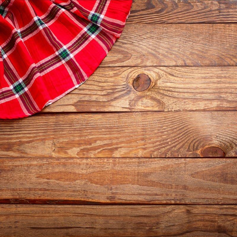 Houten textuur, houten lijst met de rode hoogste mening van het tafelkleedgeruite schots wollen stof royalty-vrije stock foto's