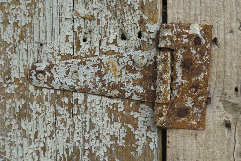 Houten textuur met roestige ijzerscharnier royalty-vrije stock foto's
