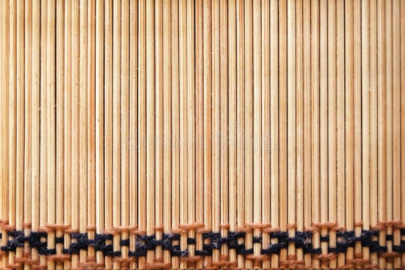 Houten textuur in verticale patronen met geweven garen op achtergrond, ambacht stock fotografie