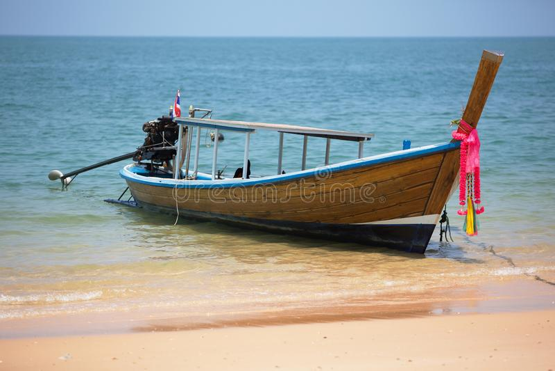 Houten Thaise vissersboot met buitenboordmotor dichtbij de kust van Koh Pai-eiland royalty-vrije stock foto's